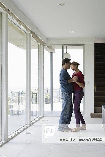leer  Zimmer  tanzen  reifer Erwachsene  reife Erwachsene  Wohnzimmer
