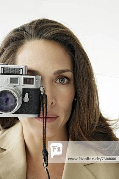 Blick auf eine Frau mit einer Kamera.