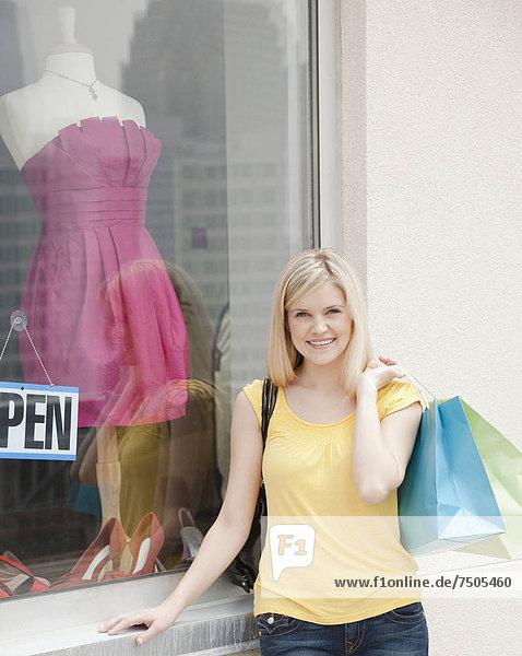 Portrait  Frau  frontal  jung  Boutique