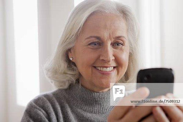 Senior Senioren benutzen Portrait Frau lächeln