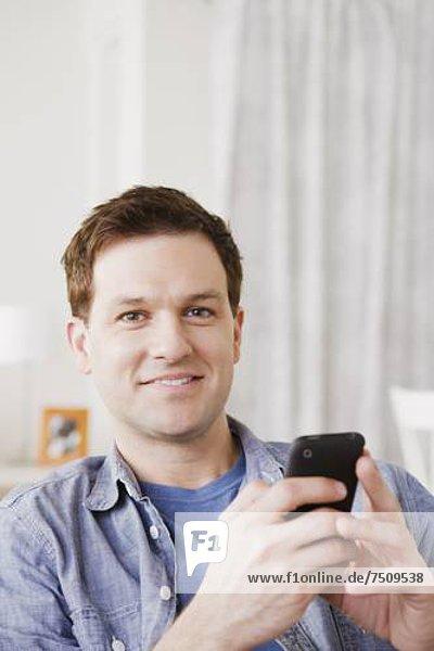 Handy  benutzen  Portrait  Mann  Mittelpunkt  Kurznachricht  Erwachsener
