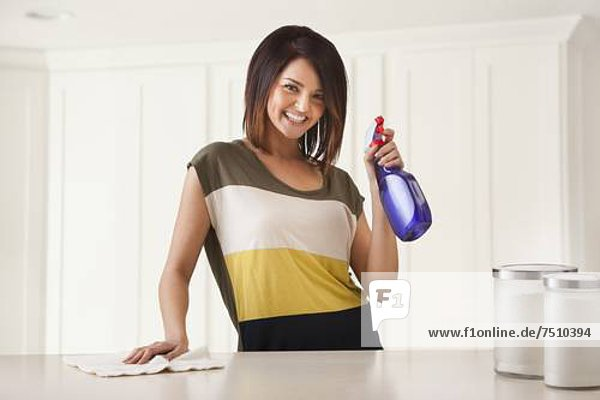Frau  Reinigung  Küche  jung