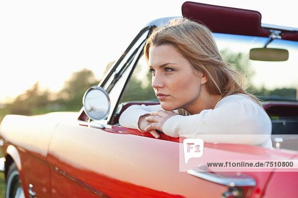 Nachdenkliche junge Frau im Auto