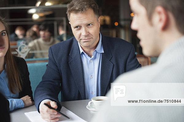 Gruppe von Geschäftsleuten in einem Meeting im Restaurant