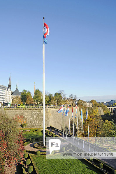 Petrussetal  Petruss-Tal  Petrusse  Festung mit Bastion Beck  Monument du Souvenir  Place de Constitution  Konstitutionsplatz  Luxemburg  Europa  ÖffentlicherGrund
