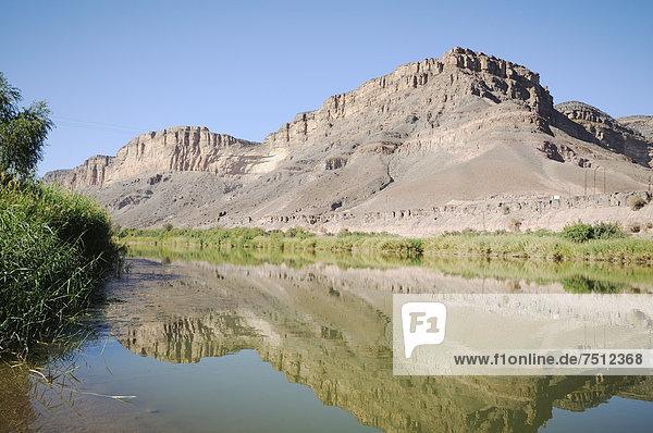 Bergkette auf der südafrikanischen Uferseite  Oranje  Orange River  Grenzfluss zwischen Namibia und Südafrika