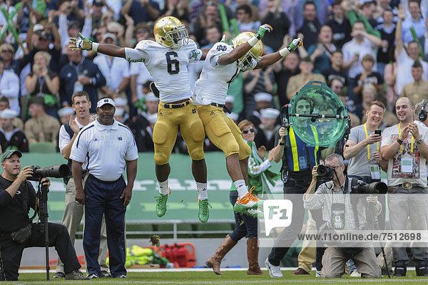 RB George Atkinson  Nr. # 4 von Notre Dame und RB Theo Riddick  Nr. 6 von Notre Dame  feiern einen Touchdown während des NCAA Football-Spiels zwischen der Navy  Marine  und Notre Dame am 1. September 2012 in Dublin  Irland  Europa