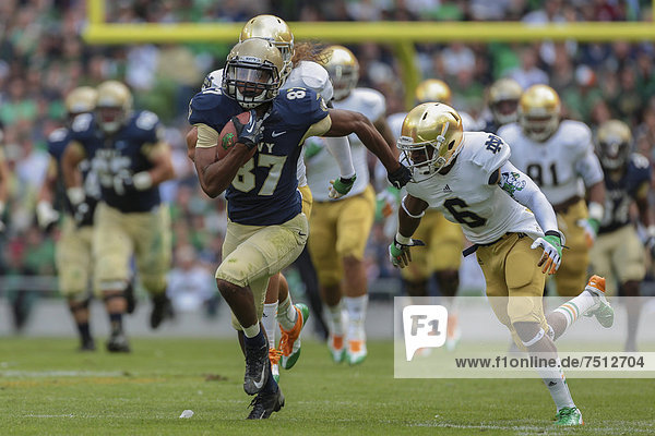 FB Chris Swain  Nummer 37  Navy  läuft mit dem Ball in der Hand  NCAA Football-Spiel  Navy gegen Notre Dame  1. September 2012 in Dublin  Irland  Europa