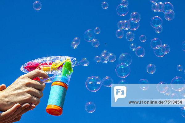 Seifenblasen aus Seifenblasen-Maschine
