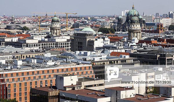 Blick von oben auf Berlins Mitte mit dem Deutschen und Französischen Dom am Gendarmenmarkt  dem Berliner Dom  Berlin  Deutschland  Europa