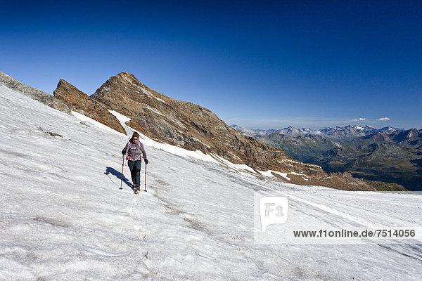 Bergsteiger beim Aufstieg zum Magerstein  Pustertal  hinten der Schneebige Nock  Südtirol  Italien  Europa