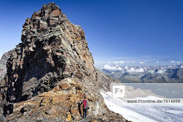 Bergsteiger beim Aufstieg zum Schneebiger Nock  Südtirol  Italien  Europa