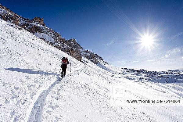 Skitourengeher beim Aufstieg zum Zendleser Kofel im Villnösstal  Südtirol  Italien  Europa