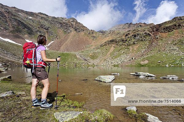 Wanderin am Schwarzsee  Ultental  Südtirol  Italien  Europa