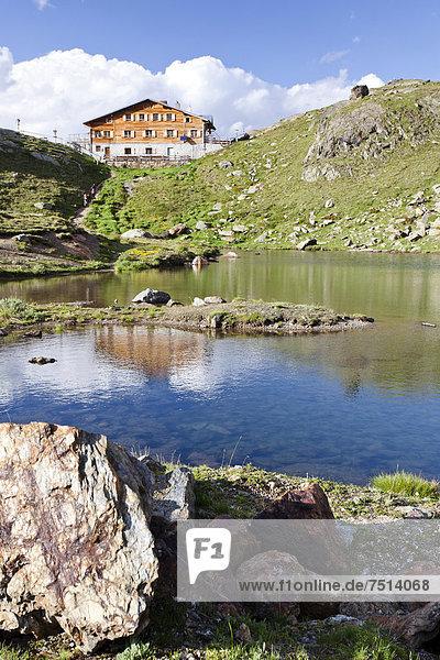 Marteller Hütte im Martelltal  vorne die Untere Kozenlacke  Südtirol  Italien  Europa