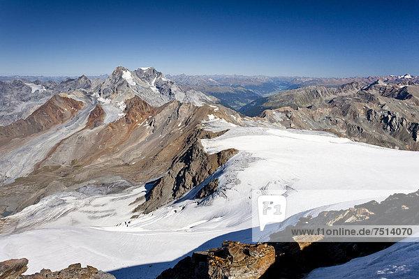 Auf dem Gipfel des Monte Cevedale  hinten König  Ortler und Sulden  Südtirol  Italien  Europa