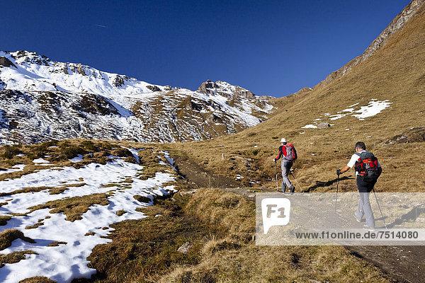Bergsteiger beim Aufstieg auf die Wilde Kreuzspitze in den Pfunderer Bergen  hinten die Nornspitz  Südtirol  Italien  Europa