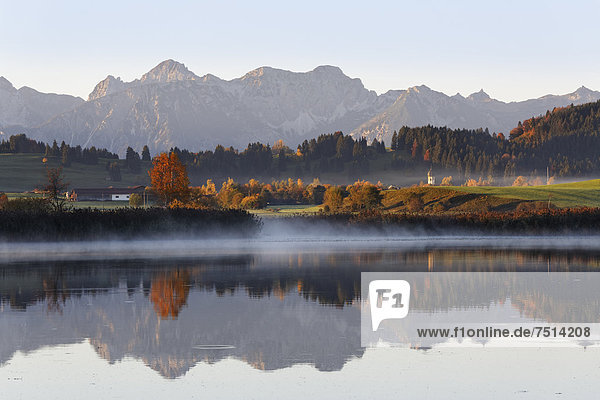 Huttlerweiher  Roßhaupten  hinten Tannheimer Berge  Ostallgäu  Allgäu  Schwaben  Bayern  Deutschland  Europa