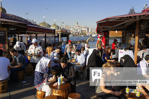 Fischbratereien  Goldenes Horn  Stadtteil Eminönü  hinten Galataturm  Istanbul  Türkei  Europa  ÖffentlicherGrund