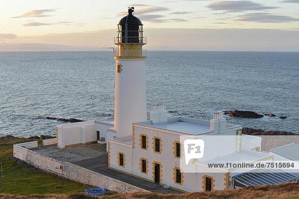 Abendlicher Ausblick auf den Atlantik mit Leuchtturm Rua Reidh Lighthouse  Melvaig  Gairloch  Western Ross  Schottland  Vereinigtes Königreich  Europa