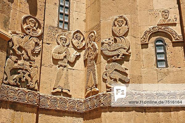 Bas-Relief  Skulpturen mit Szenen aus der Bible an der Fassade der armenisch-orthodoxen Kathedrale des Heiligen Kreuzes  10. Jahrhundert  auf der Indel Akdamar im Vansee  Türkei