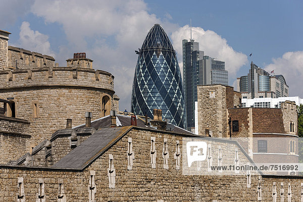 Tower Of London  hinten der Swiss Re Tower  The Gherkin  London  England  Großbritannien  Europa