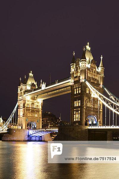 Tower Bridge bei Nacht  London  England  Großbritannien  Europa