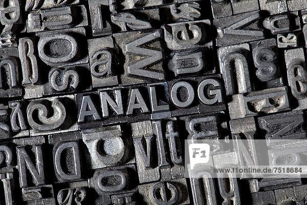 'Alte Bleilettern bilden das Wort ''ANALOG'''