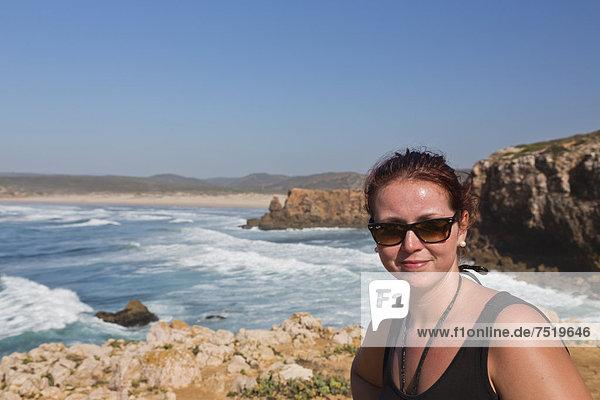 25jährige Frau  lächelnd  Praia da Bordeira  Carrapateira  Algarve  Westküste  Portugal  Atlantik  Europa