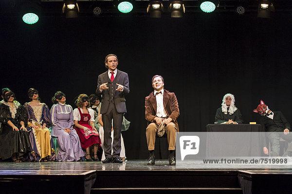 Das Musical Chicago mit Aris Sas als Billy Flynn und Oliver Koch als Amos Hart live im Le ThȂtre in Kriens  Luzern  Schweiz  Europa