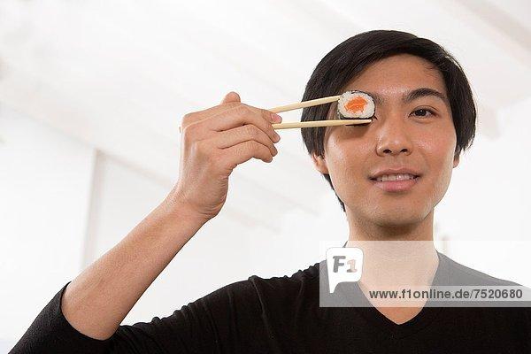 Mann  Sushi  jung  essen  essend  isst