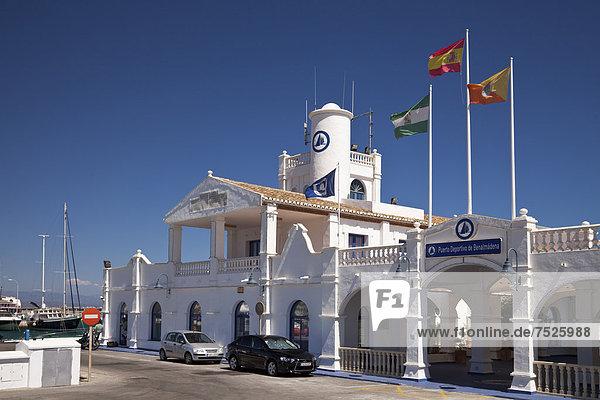 Hafengebäude Marina Puerto Deportivo  Benalmadena  Provinz Malaga  Costa del Sol  Andalusien  Spanien  Europa  ÖffentlicherGrund
