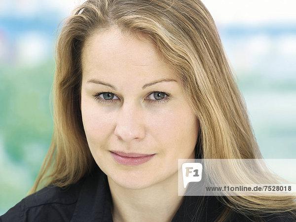 Portrait  junge Frau  freundlich  entspannt