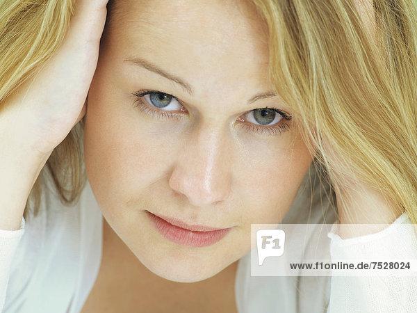 Portrait  junge Frau  ernst