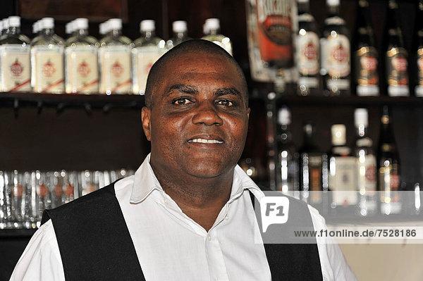 Barkeeper  Bar im Zentrum von Santa Clara  Kuba  Große Antillen  Karibik  Mittelamerika  Amerika