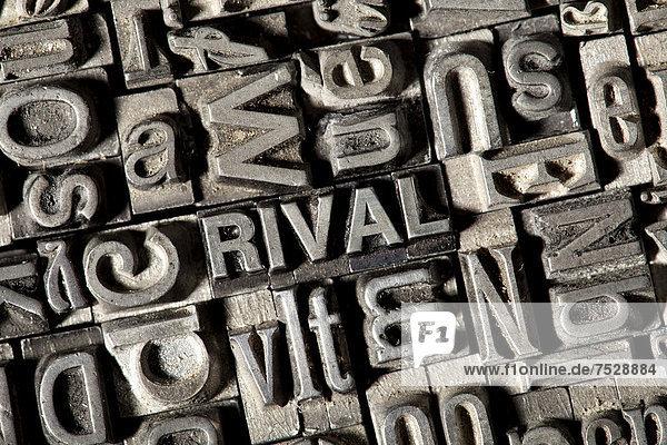 'Alte Bleilettern bilden das englische Wort ''RIVAL'''