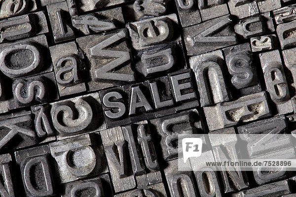 'Alte Bleilettern bilden das englische Wort ''SALE'''