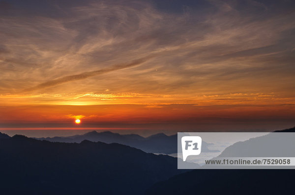 Sonnenuntergang über dem Berg Hehuan in Nantou  Taiwan  China  Asien