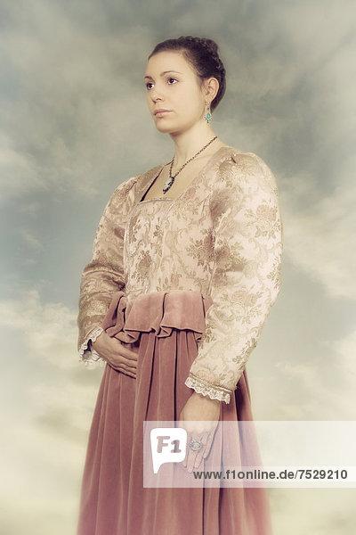 eine Frau in einem öktorianischen Kleid
