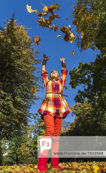10-jähriges Mädchen genießt das sonnige Herbstwetter  Berlin  Deutschland  Europa