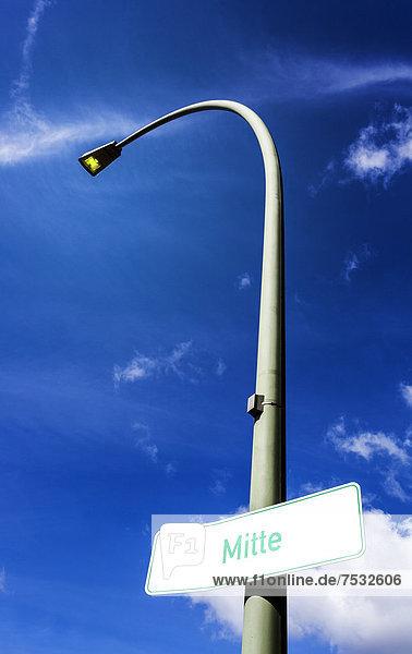 'Hinweisschild zum Stadtteil ''Mitte''an einem Laternenmast  Berlin  Deutschland  Europa'