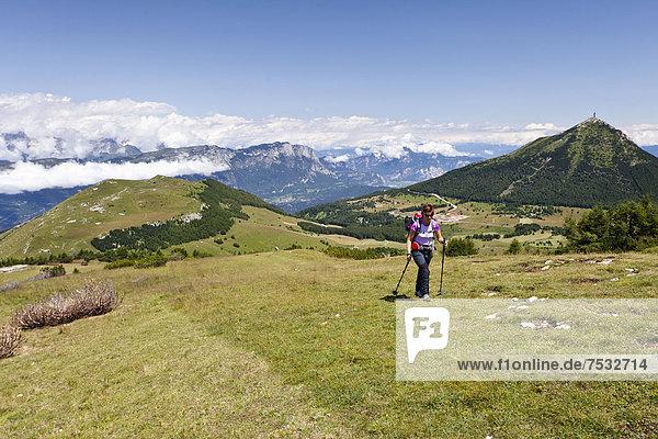 Wanderer beim Aufstieg auf den Cornet  Tre Cime del Monte Bondone  Trentino  Italien  Europa