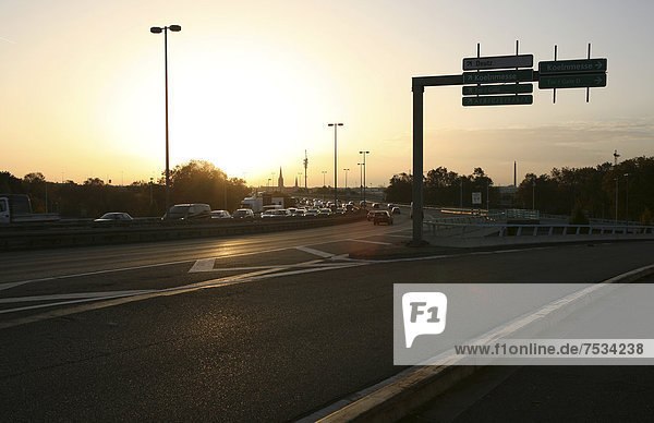 Straßenverkehr bei Sonnenaufgang  Zoobrücke  Ausfahrt Kölnmesse  Köln  Nordrhein-Westfalen  Deutschland  Europa