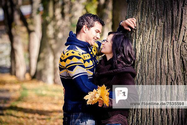 Junges Paar in einem Park im Herbst