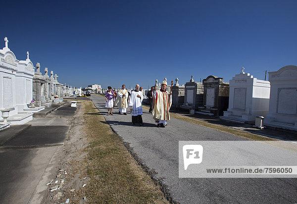 'Erzbischof Gregory Aymond führt die Prozession ''Blessing of the Graves'' auf dem St. Louis Nr. 3 Friedhof an Allerheiligen  New Orleans  Louisiana  USA'