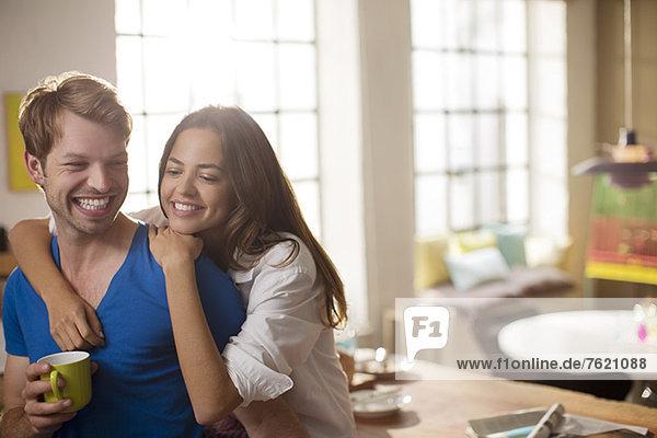 Paarumarmungen in der Küche
