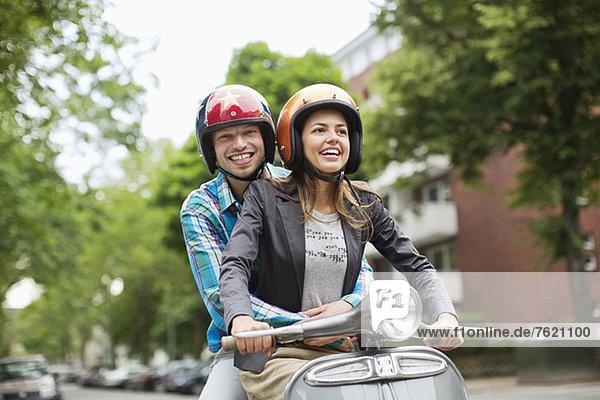 Paar Roller fahren zusammen auf der Stadtstraße