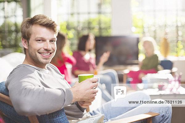 Mann bei einer Tasse Kaffee im Sessel