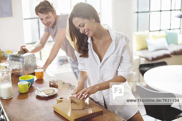 Paar macht Frühstück in der Küche