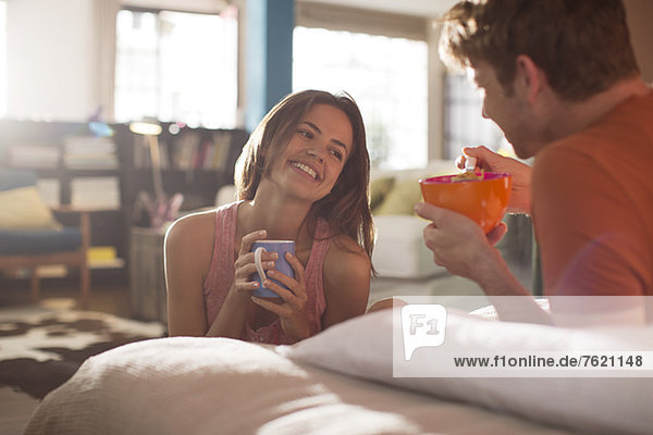 Paar beim gemeinsamen Frühstück im Bett